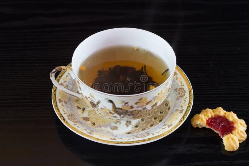 瓷白色杯子mit茶 免版税图库摄影