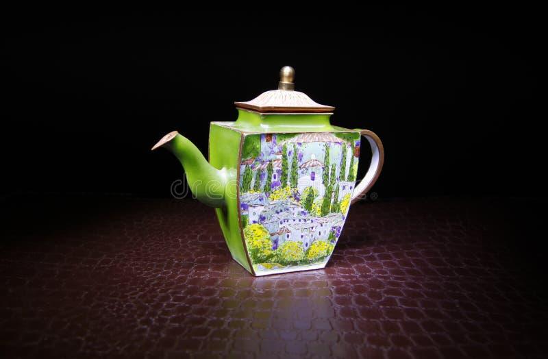 瓷茶壶演播室质量光黑色背景 免版税库存照片