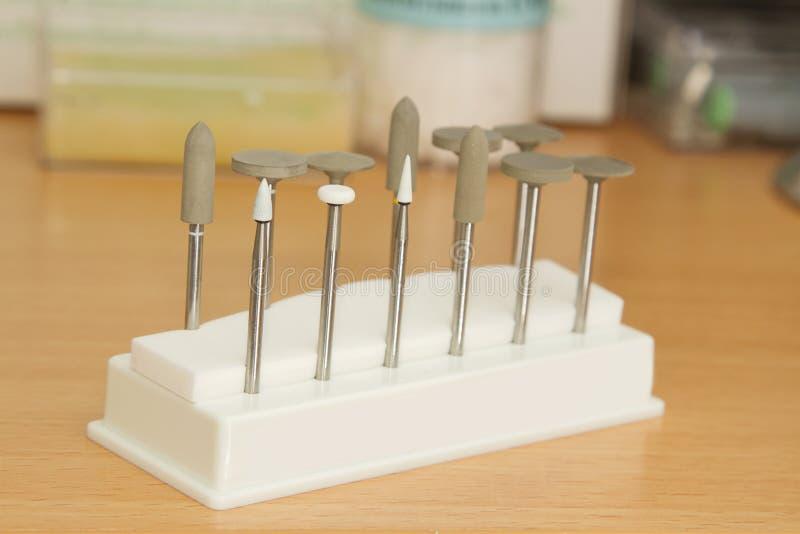 瓷调整牙齿瓷牙的工具箱 免版税库存照片