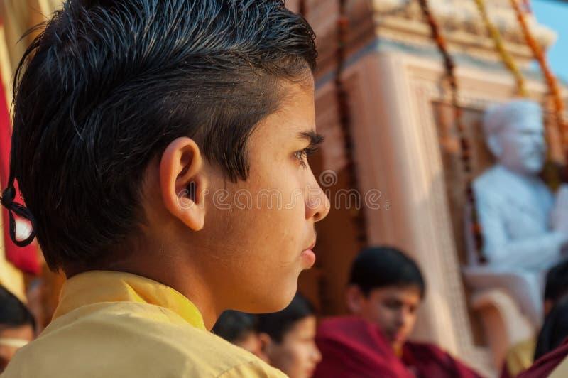 甘加Aarti仪式的年轻新手在Parmarth Niketan聚会所 库存照片