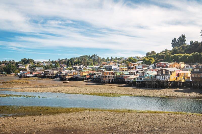 甘博亚Palafitos高跷议院处于低潮中-卡斯特罗,奇洛埃岛海岛,智利 免版税图库摄影