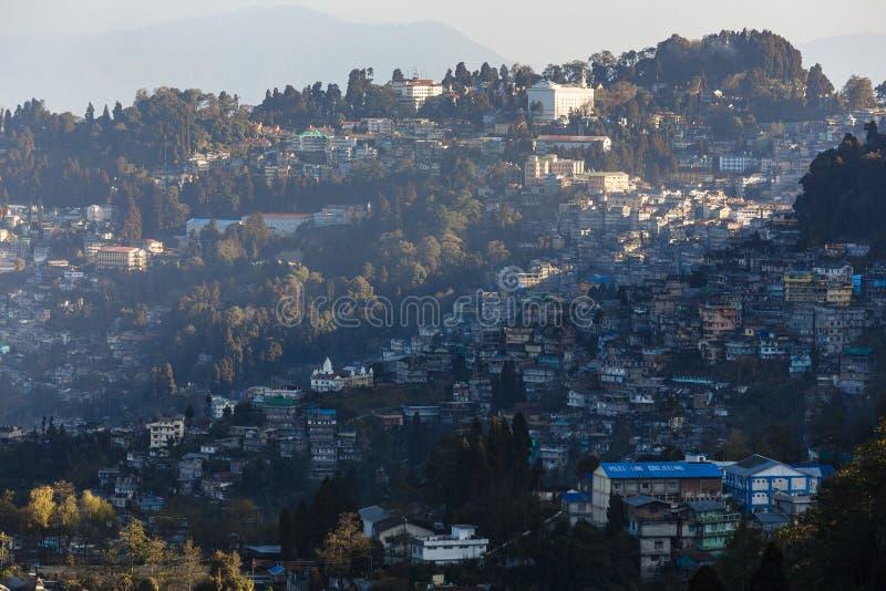 甘托克从老虎小山观看在大吉岭,印度有阳光的山村早晨 库存照片
