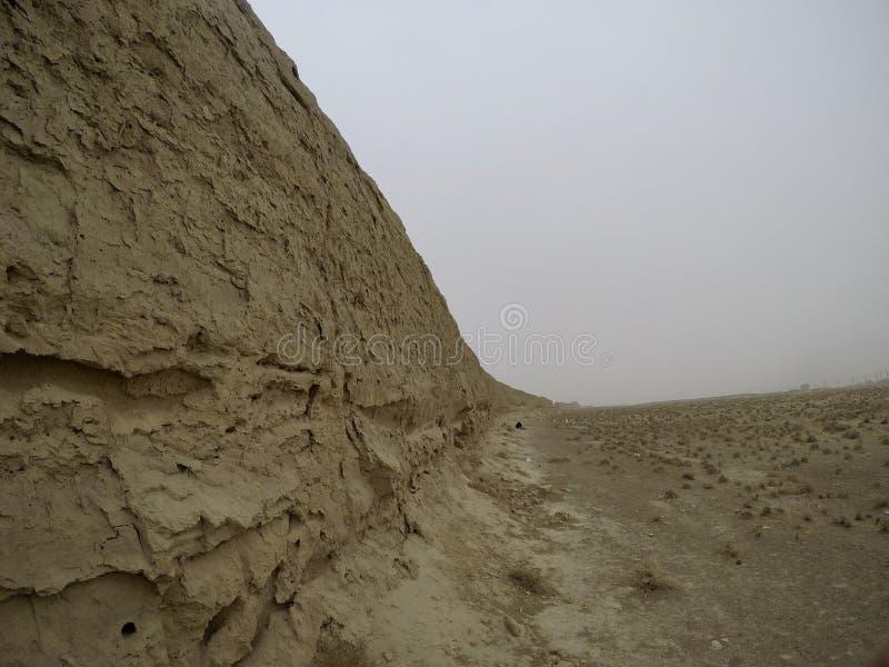 甘肃中国关闭射击的中国甘肃汉长城遗址近景狂放的伟大墙壁和沙漠  免版税库存图片