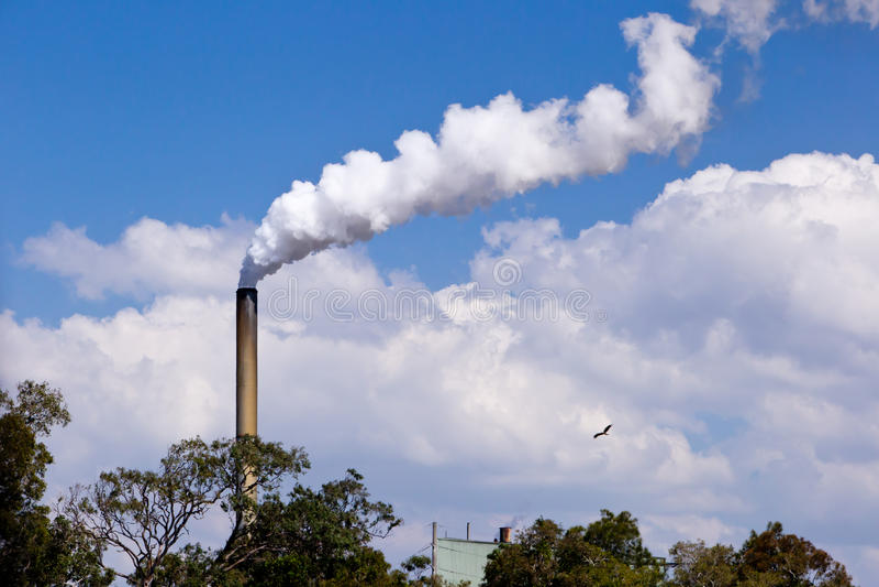 甘蔗磨房与滚滚向前的烟的总合烟囱  库存照片