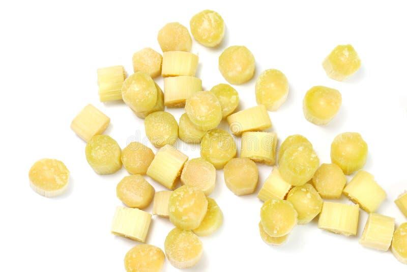 甘蔗,甘蔗片断新鲜在白色背景,抽象堆甘蔗片切开了许多背景甘蔗的 库存照片
