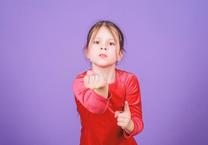 甚而不要接触我 积极的面孔小女孩紫罗兰色背景 失去的情感控制 情感女孩的小孩 免版税库存照片