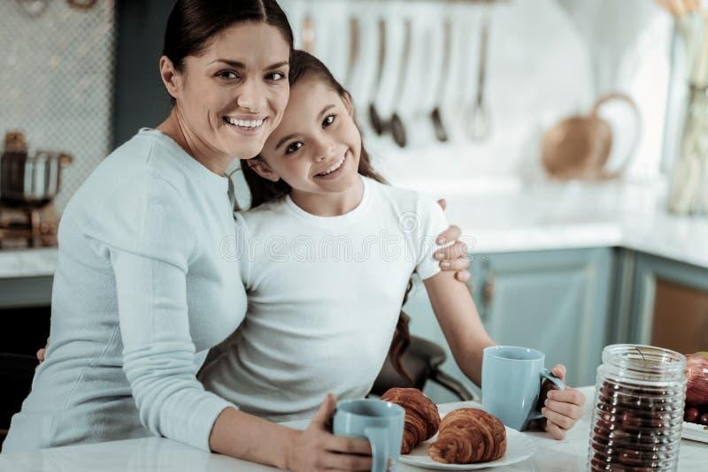 甜一起度过一天的母亲和女儿 免版税库存图片