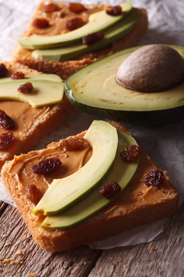 甜三明治用鲕梨、花生奶油和葡萄干宏指令 库存图片