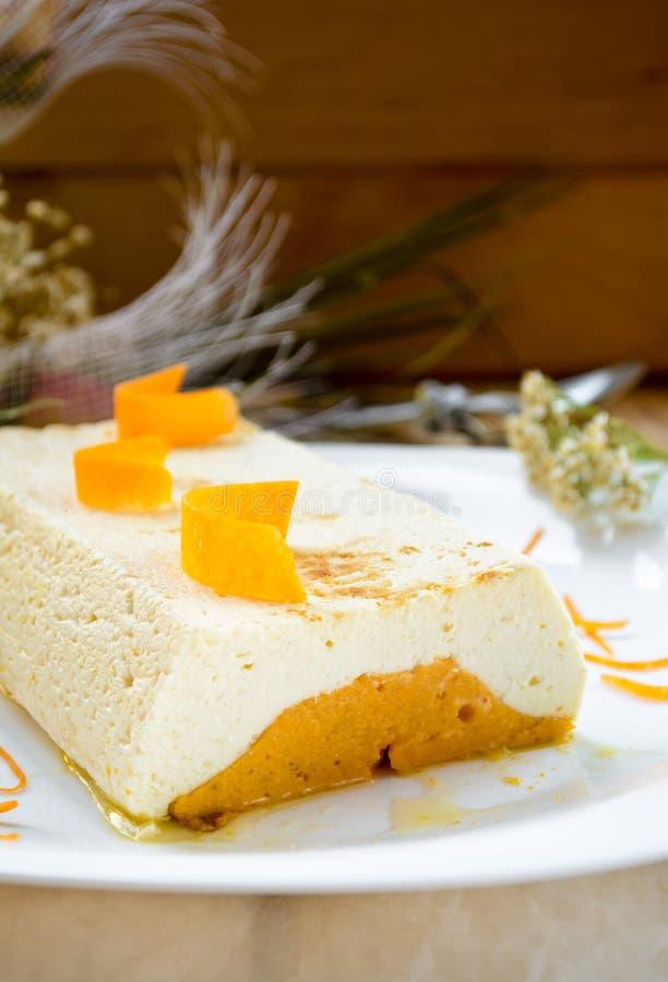 甜乳脂状的布丁用酸奶干酪和南瓜蛋白牛奶酥 免版税库存照片
