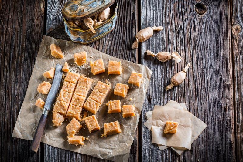 甜乳脂软糖用芝麻 免版税库存图片
