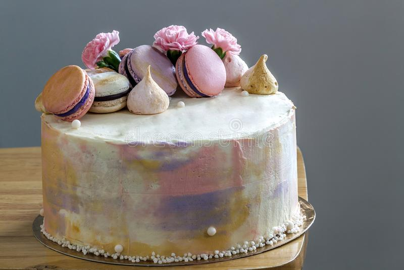 甜五颜六色的蛋糕用在上面的法国蛋白杏仁饼干 库存照片