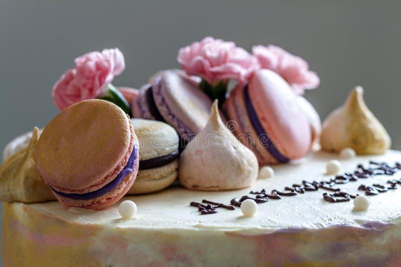 甜五颜六色的蛋糕用在上面的法国蛋白杏仁饼干 图库摄影