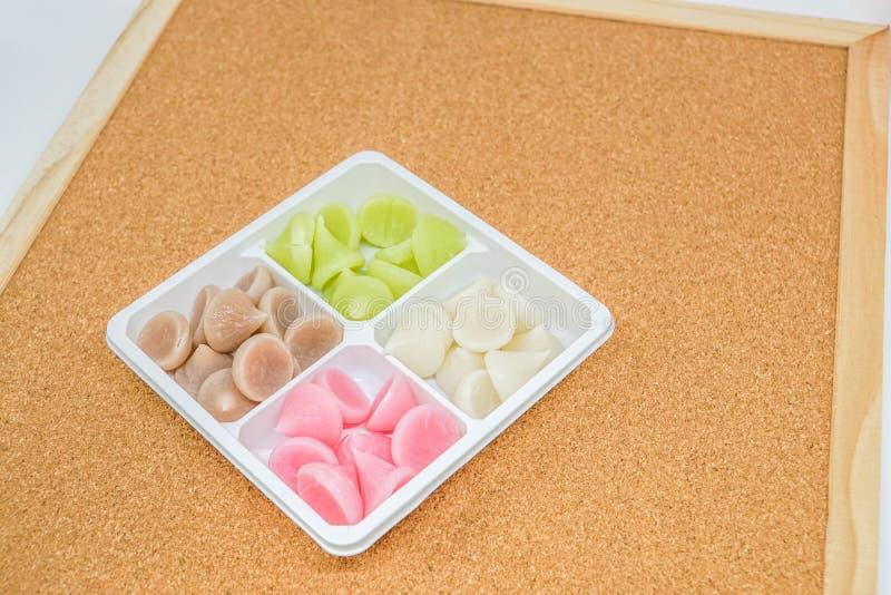 甜五颜六色的魅力-在白色板材的泰国传统点心 免版税库存图片