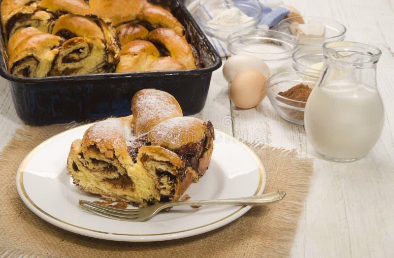 甜匈牙利语编辫子的蛋糕用可可粉 图库摄影