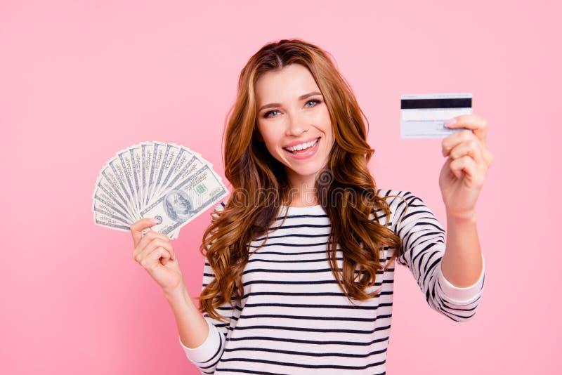 甜华美的好可爱的悦目夫人拿着她的金钱  免版税库存照片