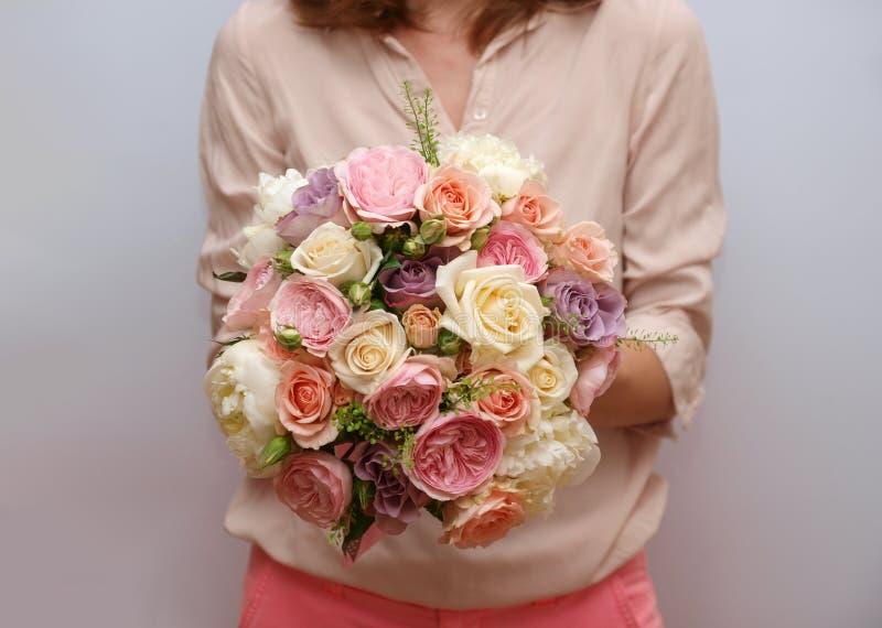 甜变苍白玫瑰色紫色象牙婚礼花束 免版税图库摄影