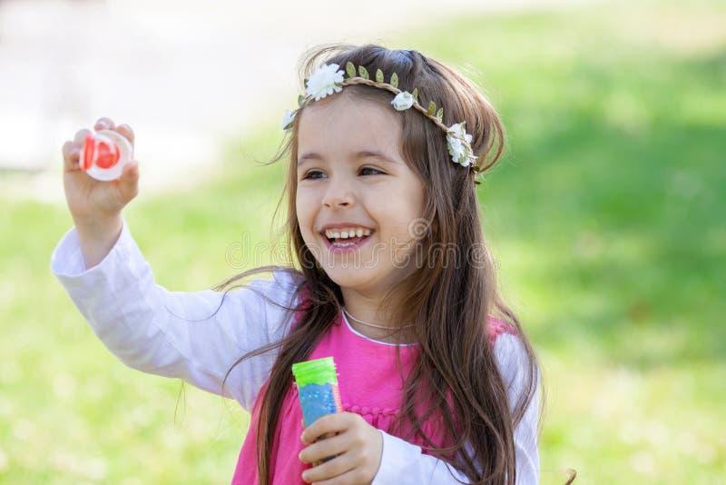 甜可爱的小女孩吹的肥皂bubb美丽的画象  免版税库存照片