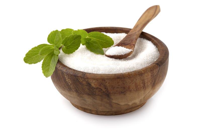 甜叶菊rebaudiana,在白色背景的木碗隔绝的美好的叶子糖替补 库存图片