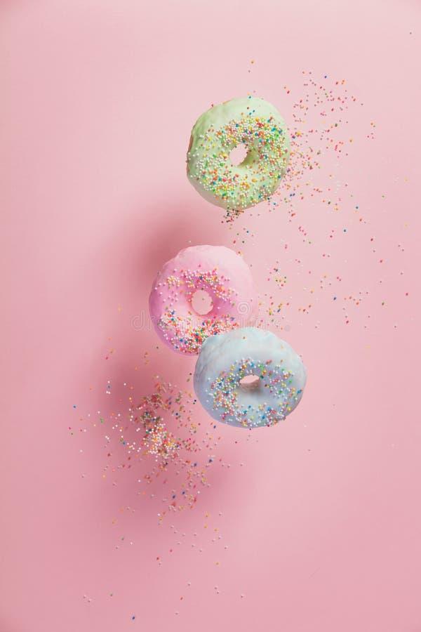 甜和五颜六色的多福饼与洒下跌的或飞行的i 免版税库存图片