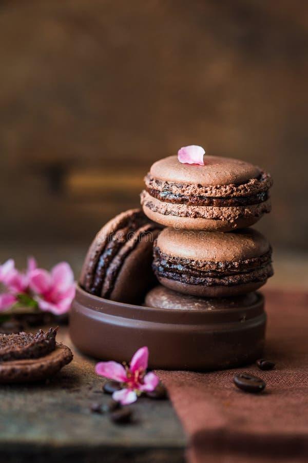 甜和五颜六色的法国蛋白杏仁饼干或macaron在木背景,点心 法国蛋白杏仁饼干 库存图片