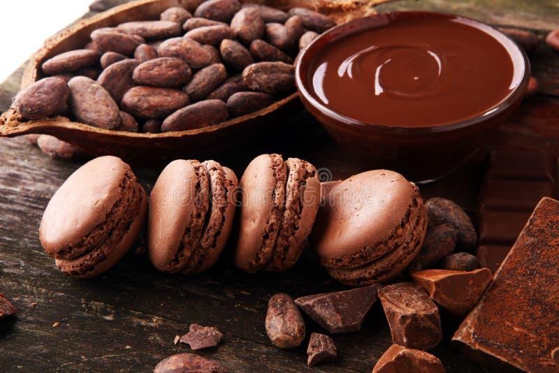 甜和五颜六色的法国蛋白杏仁饼干或macaron在木背景,点心 免版税图库摄影