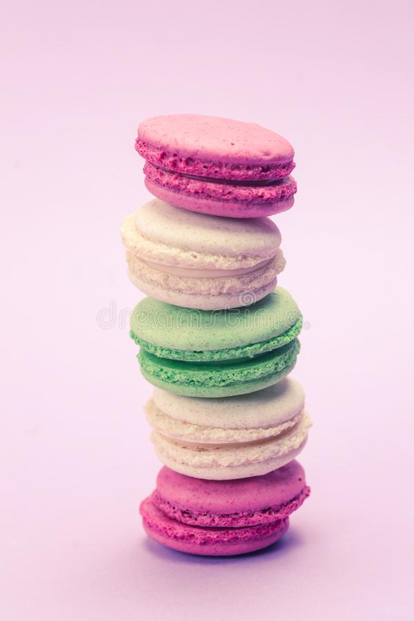 甜和五颜六色的法国蛋白杏仁饼干或macaron在浅紫色 图库摄影