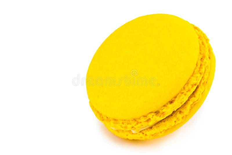 甜和五颜六色的法国蛋白杏仁饼干或macaron在白色backgro 免版税图库摄影