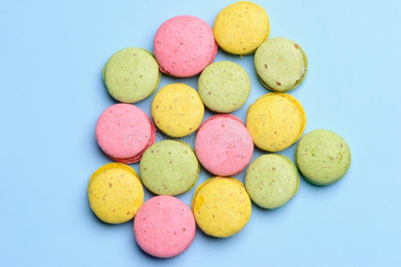 甜和五颜六色的法国蛋白杏仁饼干或macaron,顶视图 免版税库存照片