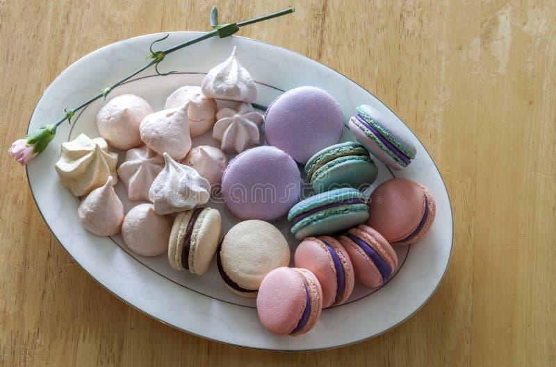 甜和五颜六色的法国蛋白杏仁饼干或macaron在陶瓷白色 免版税库存照片