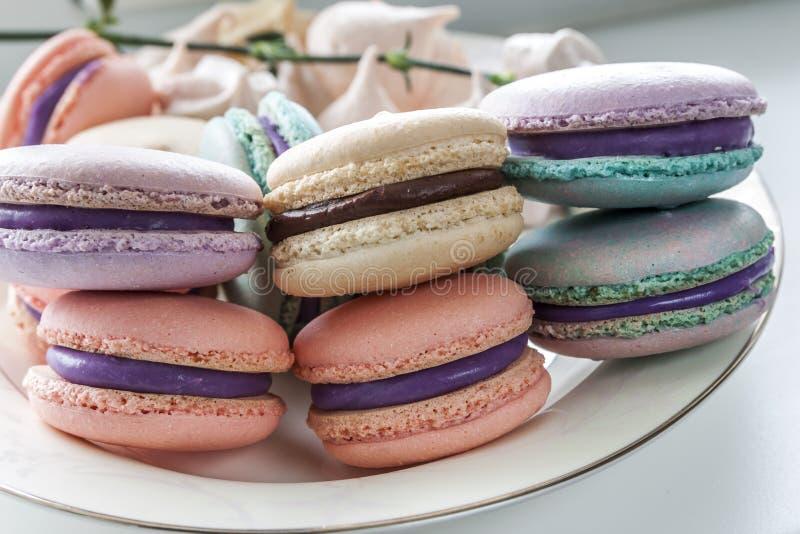 甜和五颜六色的法国蛋白杏仁饼干或macaron在陶瓷白色 免版税图库摄影