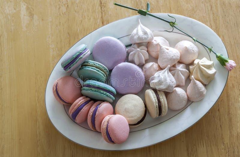甜和五颜六色的法国蛋白杏仁饼干或macaron在陶瓷白色 库存照片