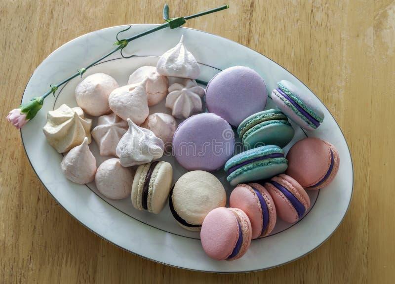甜和五颜六色的法国蛋白杏仁饼干或macaron在陶瓷白色 免版税库存图片