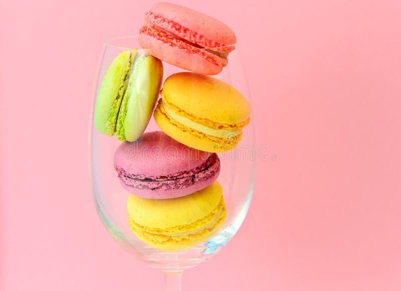 Download 甜和五颜六色的法国蛋白杏仁饼干 库存图片. 图片 包括有 葡萄酒, 平分, 艺术, 薄菏, 减速火箭, 粉红色 - 62531687