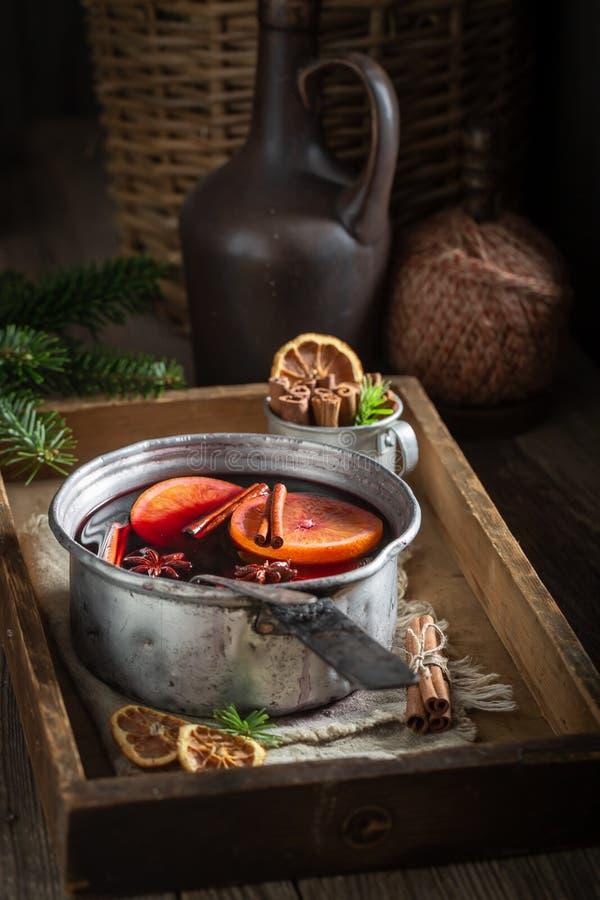 甜和可口被仔细考虑的红酒用桂香和桔子 免版税库存照片