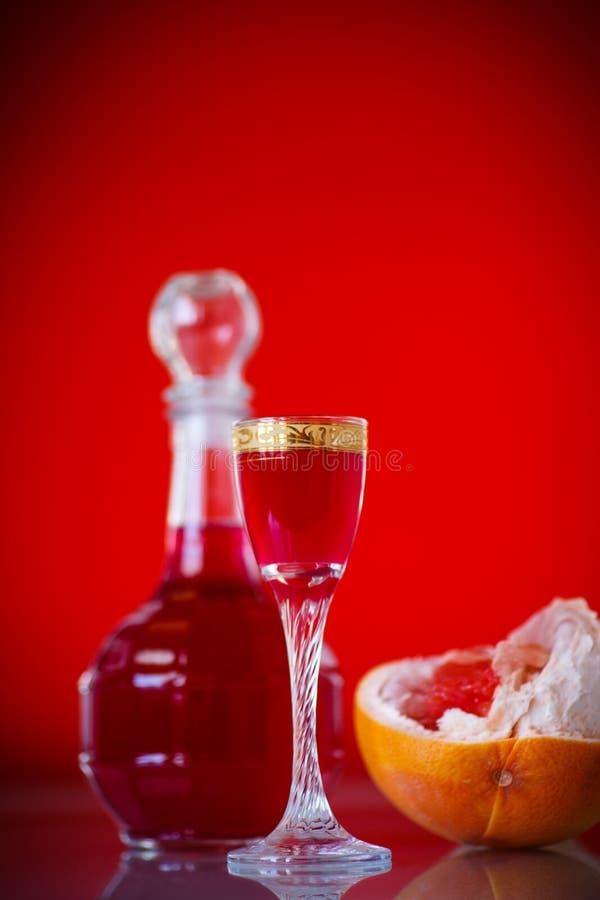 甜在蒸馏瓶的葡萄柚酒精甘露酒有玻璃的 库存照片