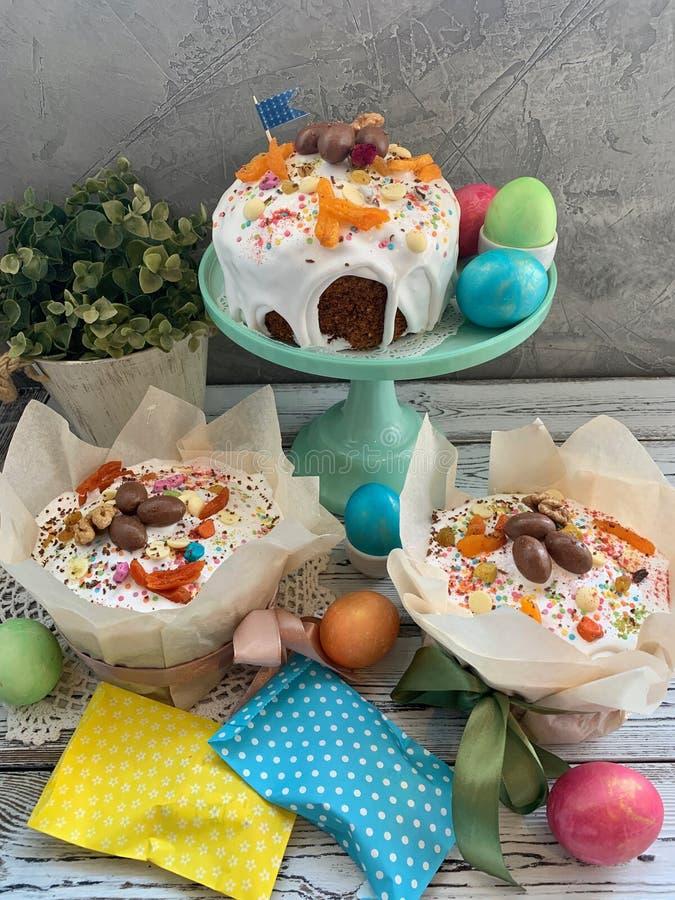 甜复活节桌,用被绘的鸡蛋 图库摄影