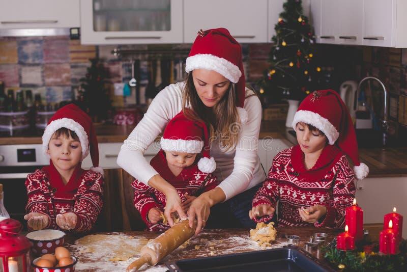 甜小孩孩子和他的哥哥,男孩,帮助的妈妈p 库存图片