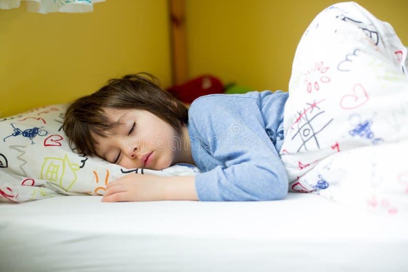 甜小男孩,在家睡觉早晨 免版税库存照片