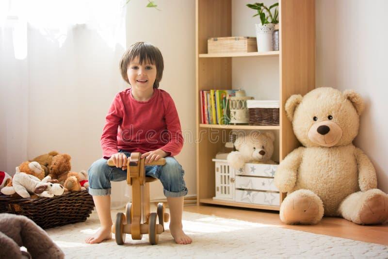 甜小男孩,学龄前孩子,在家使用与木h 免版税库存照片