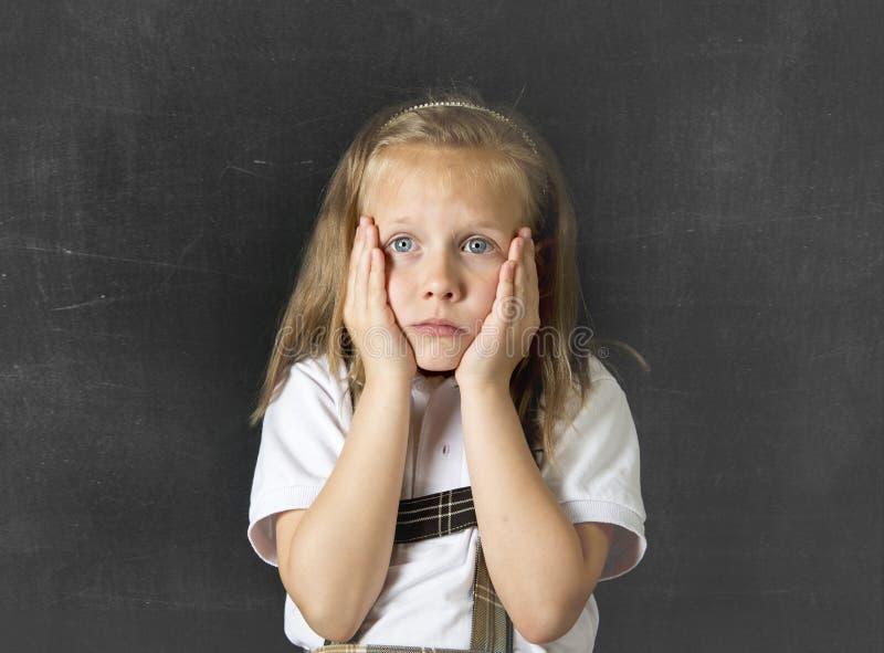 甜小辈女小学生哭泣哀伤对于儿童教育重音和胁迫的受害者 库存图片