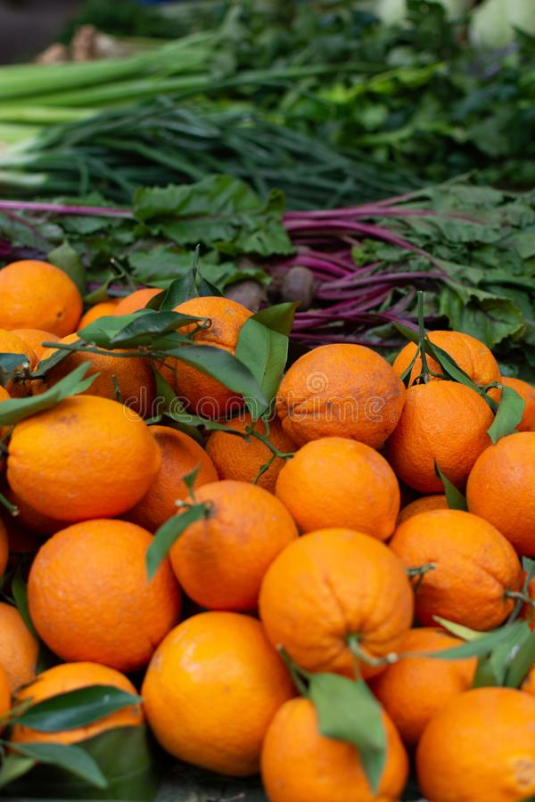 甜成熟桔子果子新的收获在市场上的 免版税库存照片