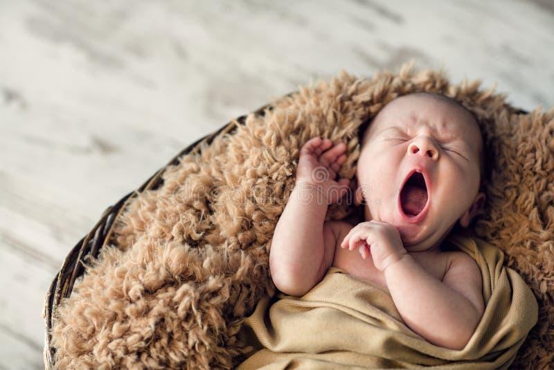 甜新出生的婴孩哈欠 图库摄影