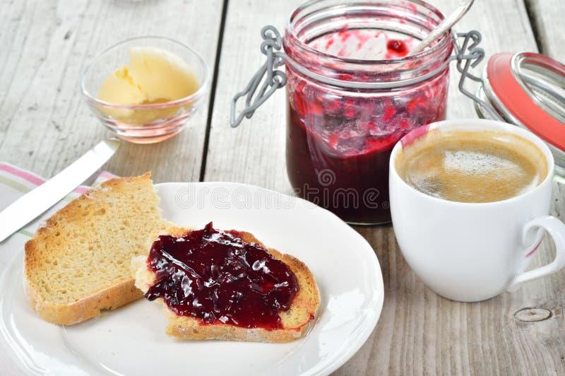 甜早餐敬酒的面包和李子果酱 库存图片