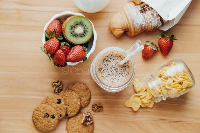 甜早餐用咖啡,牛奶,玉米片,曲奇饼, croissa 库存照片