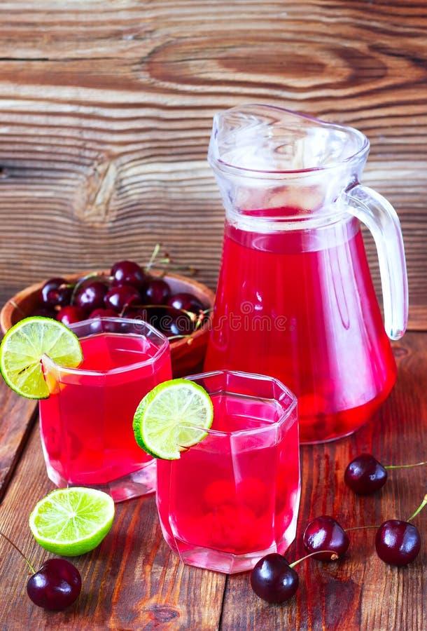 从甜樱桃和石灰的饮料 免版税图库摄影