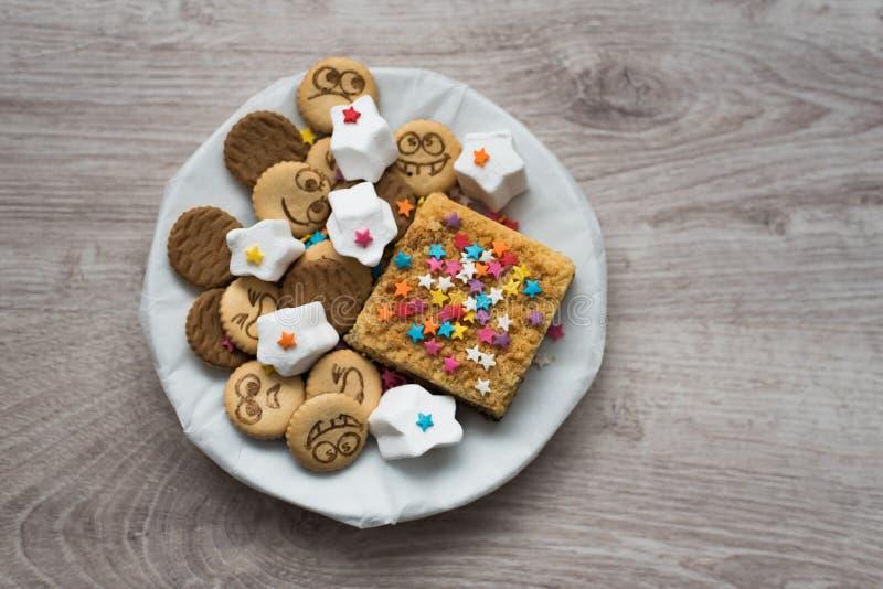 甜欢乐曲奇饼品种在木背景的 库存照片