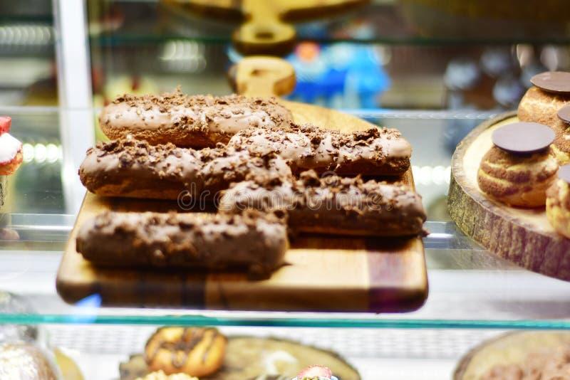 甜点心和蛋糕在咖啡馆的vitrine 免版税库存照片