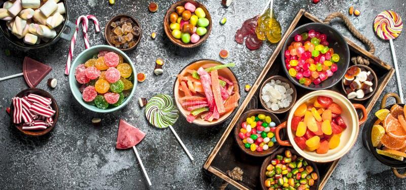 download 甜点糖果,脯用蛋白软糖和果冻在一个木盘子 库存照片.图片