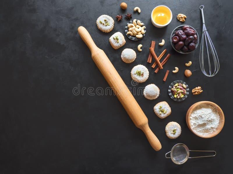 甜点背景 鸡蛋、面粉和坚果在一张黑桌上被计划 图库摄影
