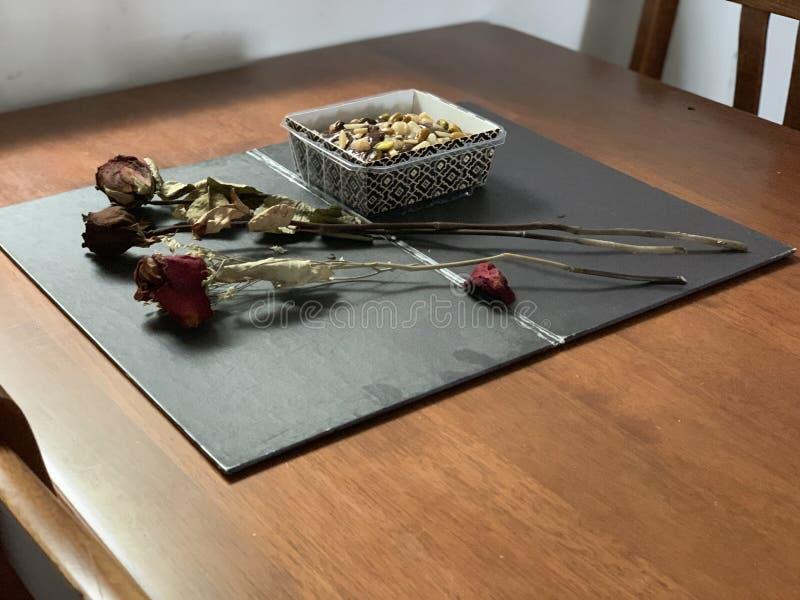 甜点,巧克力,安排在葡萄酒样式 免版税库存图片
